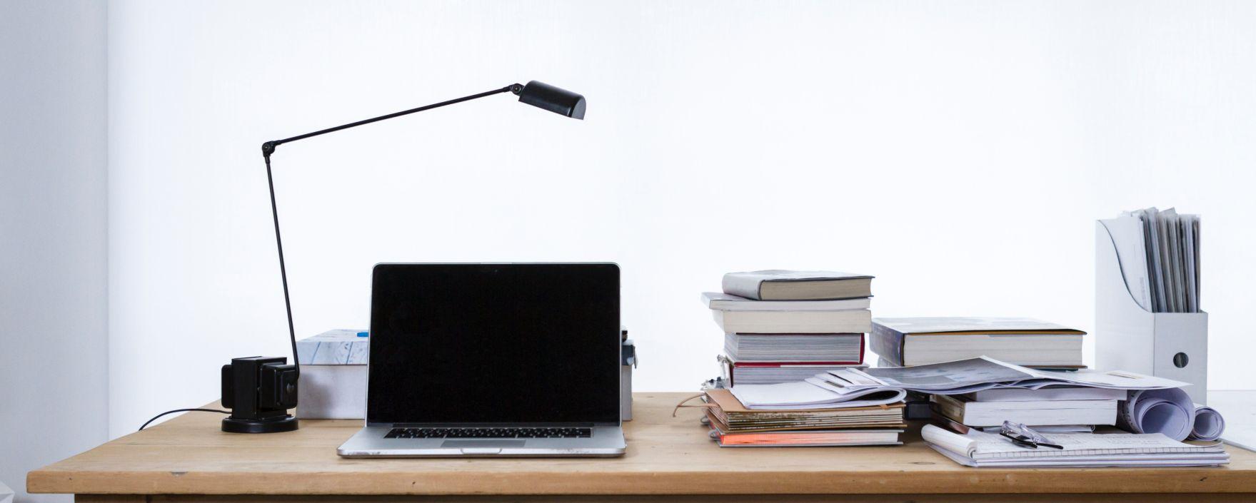 Felkészülés a pályázatíráshoz: laptop és könyvek egy asztalon
